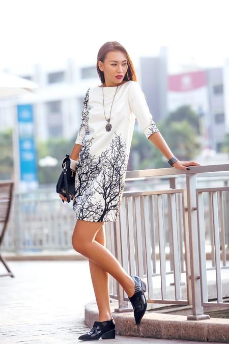 Siêu mẫu Diệu Huyền nổi bật với các thiết kế đen trắng của Xuân Lê ảnh 6
