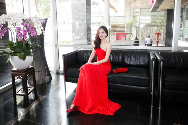 """Hoa hậu Mai Phương Thuý ăn diện lộng lẫy, ngồi """"xế sang"""" đi dự sự kiện ảnh 6"""