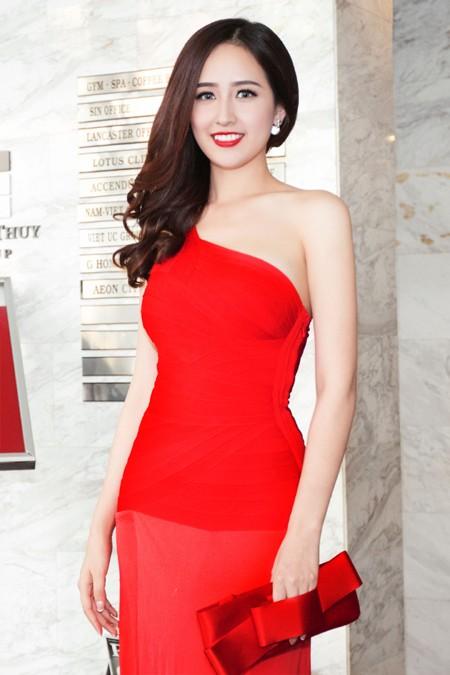 """Hoa hậu Mai Phương Thuý ăn diện lộng lẫy, ngồi """"xế sang"""" đi dự sự kiện ảnh 4"""