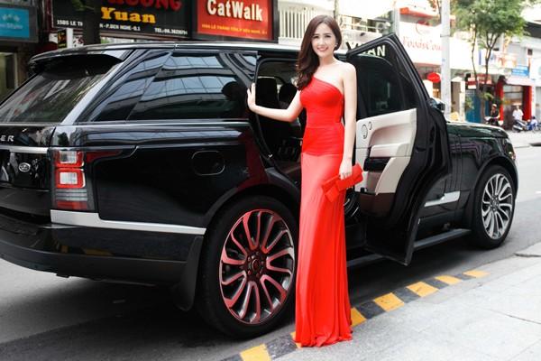 """Hoa hậu Mai Phương Thuý ăn diện lộng lẫy, ngồi """"xế sang"""" đi dự sự kiện ảnh 1"""