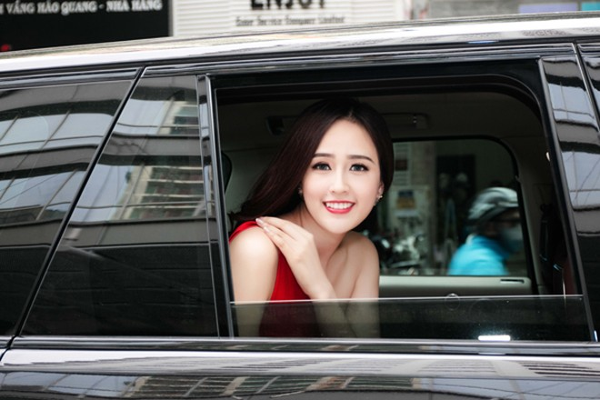 """Hoa hậu Mai Phương Thuý ăn diện lộng lẫy, ngồi """"xế sang"""" đi dự sự kiện ảnh 3"""