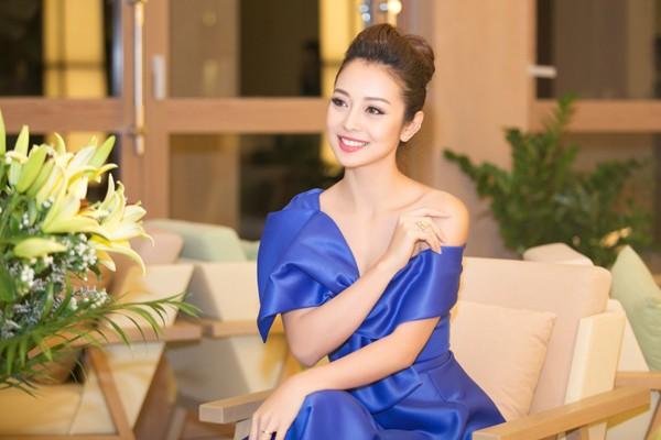 """Hoa hậu Jennifer Phạm """"hút mắt"""" với đầm lệch vai ảnh 7"""