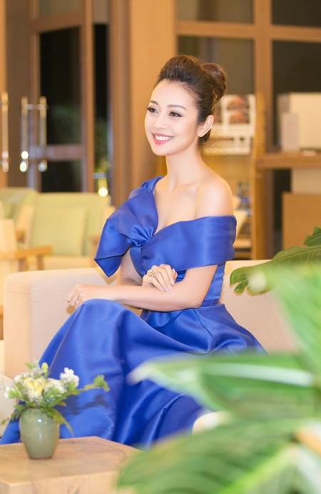 """Hoa hậu Jennifer Phạm """"hút mắt"""" với đầm lệch vai ảnh 6"""