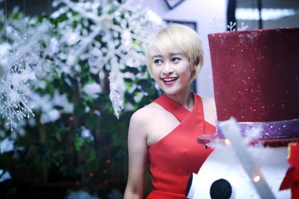 Nghệ sĩ hai miền Nam-Bắc mang Giáng sinh hồng tới các bệnh nhi ảnh 1