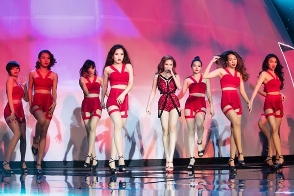 """Hoàng Thuỳ Linh """"đốt mắt"""" khán giả trong đêm chung kết siêu mẫu ảnh 4"""