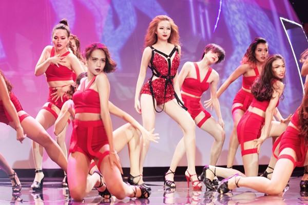 """Hoàng Thuỳ Linh """"đốt mắt"""" khán giả trong đêm chung kết siêu mẫu ảnh 8"""