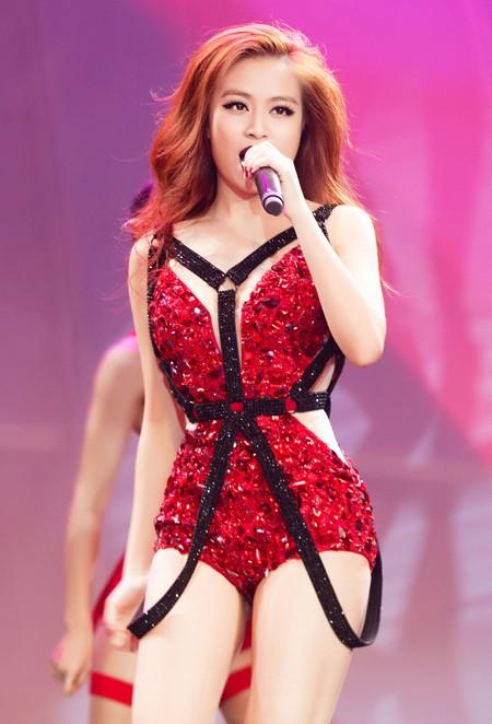 """Hoàng Thuỳ Linh """"đốt mắt"""" khán giả trong đêm chung kết siêu mẫu ảnh 1"""