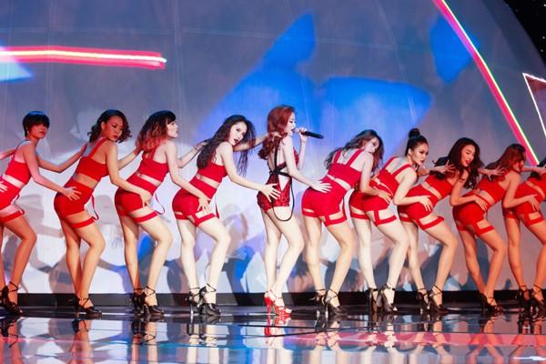 """Hoàng Thuỳ Linh """"đốt mắt"""" khán giả trong đêm chung kết siêu mẫu ảnh 3"""