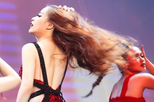 """Hoàng Thuỳ Linh """"đốt mắt"""" khán giả trong đêm chung kết siêu mẫu ảnh 6"""