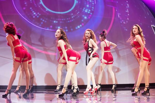 """Hoàng Thuỳ Linh """"đốt mắt"""" khán giả trong đêm chung kết siêu mẫu ảnh 5"""