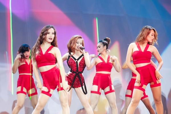 """Hoàng Thuỳ Linh """"đốt mắt"""" khán giả trong đêm chung kết siêu mẫu ảnh 2"""