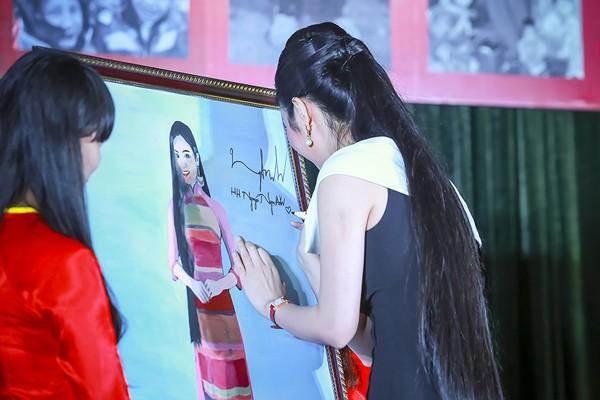 Hoa hậu Ngọc Anh đấu giá được gần 100 triệu tặng người nghèo ảnh 4