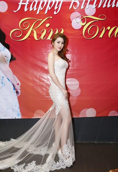 Ca sĩ Ngọc Trân Anh lộng lẫy dự tiệc sinh nhật MC Kim Trang ảnh 1