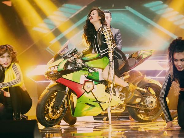 """Hoàng Thùy Linh mang motor khủng lên sân khấu """"đọ sức nóng"""" tại The Remix ảnh 7"""