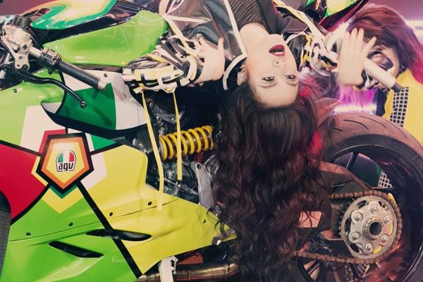 """Hoàng Thùy Linh mang motor khủng lên sân khấu """"đọ sức nóng"""" tại The Remix ảnh 6"""