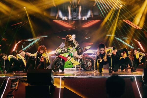"""Hoàng Thùy Linh mang motor khủng lên sân khấu """"đọ sức nóng"""" tại The Remix ảnh 8"""