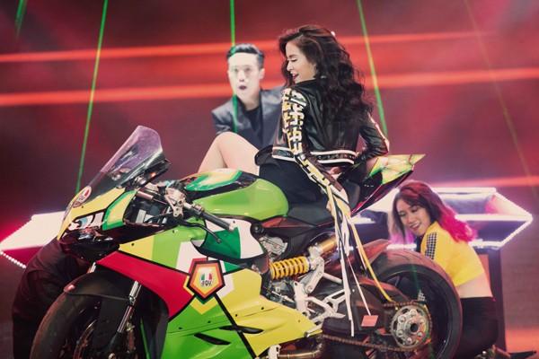 """Hoàng Thùy Linh mang motor khủng lên sân khấu """"đọ sức nóng"""" tại The Remix ảnh 5"""