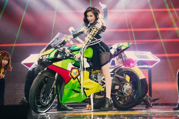 """Hoàng Thùy Linh mang motor khủng lên sân khấu """"đọ sức nóng"""" tại The Remix ảnh 4"""