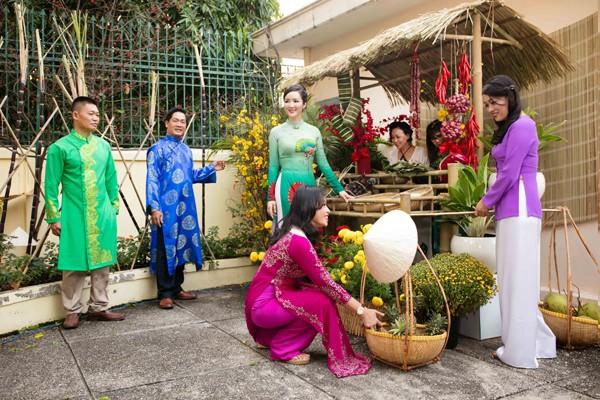 Hoa hậu Giáng My tổ chức chợ hoa Tết tại… nhà riêng ảnh 2
