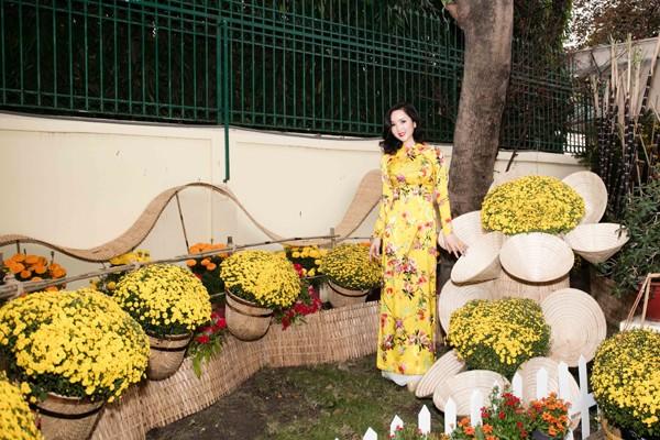 Hoa hậu Giáng My tổ chức chợ hoa Tết tại… nhà riêng ảnh 11