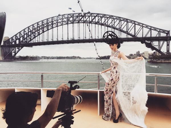 Hé lộ hậu trường chụp ảnh hoành tráng của siêu mẫu quốc tế Jessica Minh Anh ảnh 3