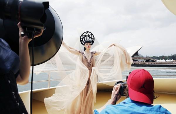 Hé lộ hậu trường chụp ảnh hoành tráng của siêu mẫu quốc tế Jessica Minh Anh ảnh 9