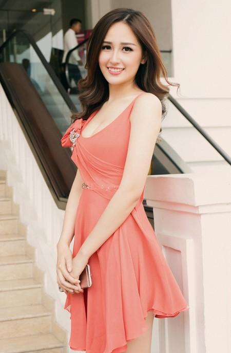 Hoa hậu Mai Phương Thuý diện đầm kiệm vải khoe vóc dáng gợi cảm