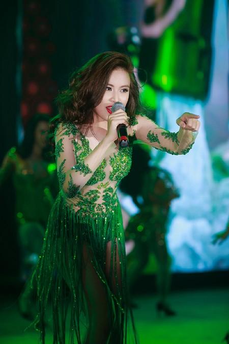 """""""Nóng"""" với bộ váy te tua của Hoàng Thuỳ Linh trên sân khấu ảnh 7"""