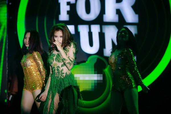 """""""Nóng"""" với bộ váy te tua của Hoàng Thuỳ Linh trên sân khấu ảnh 8"""