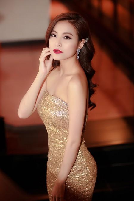 """""""Nóng"""" với bộ váy te tua của Hoàng Thuỳ Linh trên sân khấu ảnh 1"""
