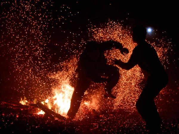 """Rùng mình người lao vào đống lửa như """"thiêu thân"""" ảnh 6"""