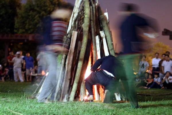 """Rùng mình người lao vào đống lửa như """"thiêu thân"""" ảnh 3"""