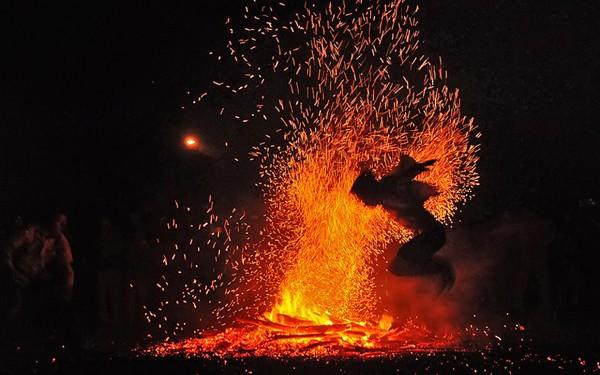"""Rùng mình người lao vào đống lửa như """"thiêu thân"""" ảnh 7"""