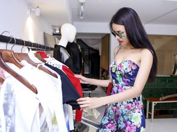"""Lan Khuê """"đội nắng"""" đi thử trang phục tham dự Vietnam International Fashion Week 2016 ảnh 1"""