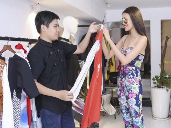 """Lan Khuê """"đội nắng"""" đi thử trang phục tham dự Vietnam International Fashion Week 2016 ảnh 2"""