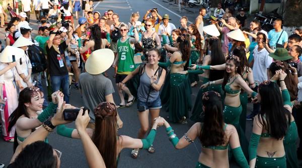 """""""Bỏng mắt"""" ngắm dàn vũ công múa bụng trên đường phố ảnh 10"""