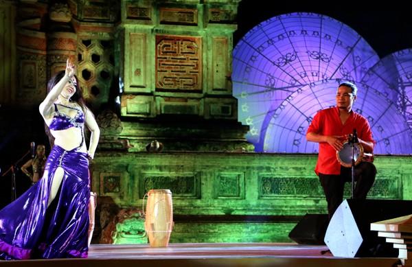 Festival Huế: Màn múa bụng nóng bỏng giữa không gian trầm mặc ảnh 6