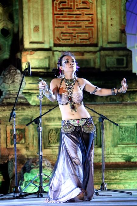 Festival Huế: Màn múa bụng nóng bỏng giữa không gian trầm mặc ảnh 11
