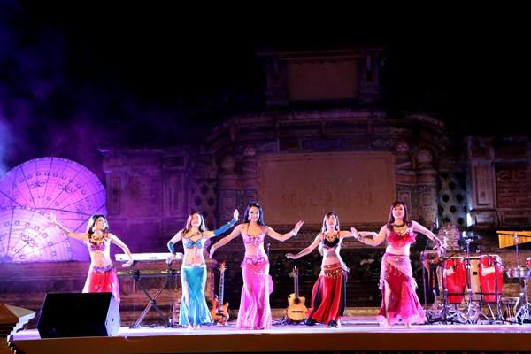 Festival Huế: Màn múa bụng nóng bỏng giữa không gian trầm mặc ảnh 4