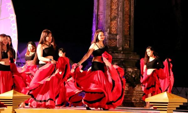 Festival Huế: Màn múa bụng nóng bỏng giữa không gian trầm mặc ảnh 1