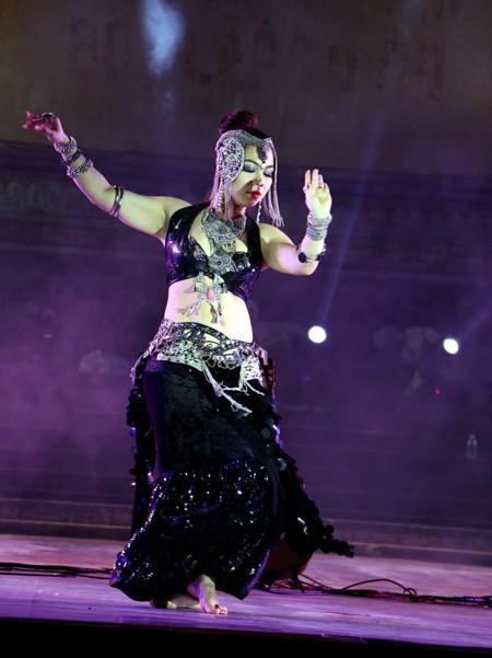 Festival Huế: Màn múa bụng nóng bỏng giữa không gian trầm mặc ảnh 5
