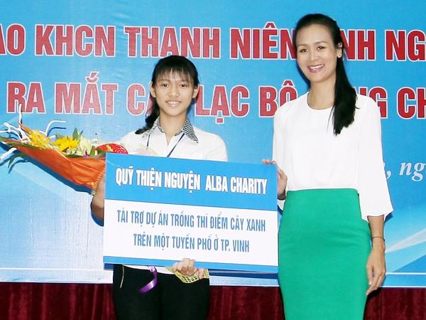 Hoa hậu Trần Bảo Ngọc trao giải dự án trồng 10 nghìn cây xanh tại Nghệ An