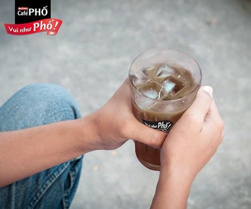 Nhiều người chọn cho mình ly cà phê phố để giúp làm dịu đi nỗi nhớ nhà.