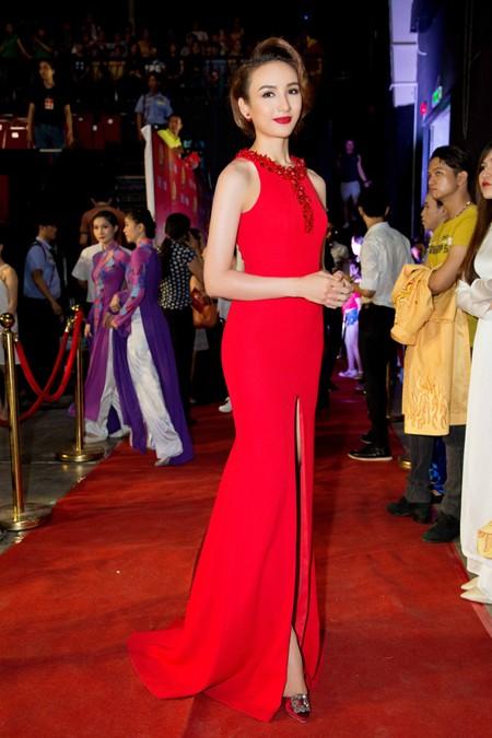 Xuất hiện trong sự kiện lần này, Hoa hậu Ngọc Diễm chọn một thiết kế của Minh Tú giúp cô khoe vẻ sexy và đôi chân thon dài gợi cảm. Mái tóc búi nhẹ nhàng và son màu đỏ đậm càng tôn thêm vẻ đẹp tây đặc trưng của cô.