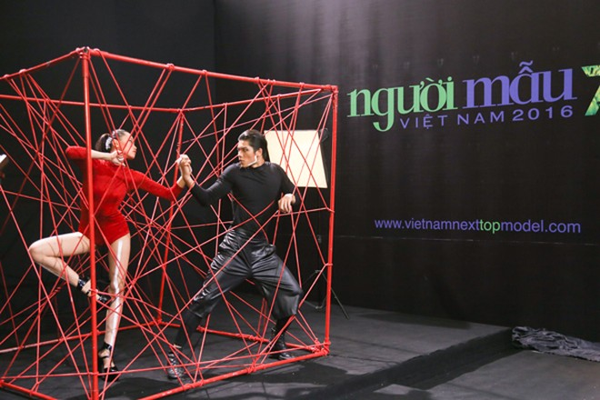 """Thí sinh Vietnam's Next Top Model mùa thứ 7 """"nghẹt thở"""" trong chiếc lồng dây thừng ảnh 4"""