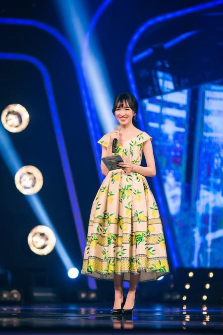 MC Thảo My duyên dáng động viên em ruột trên sân khấu Vietnam Idol Kids ảnh 1