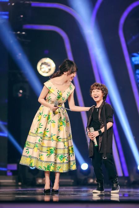MC Thảo My duyên dáng động viên em ruột trên sân khấu Vietnam Idol Kids ảnh 7