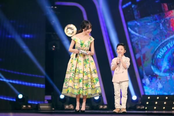 MC Thảo My duyên dáng động viên em ruột trên sân khấu Vietnam Idol Kids ảnh 4