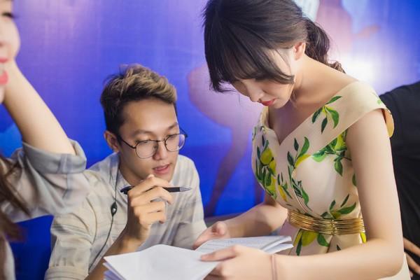 MC Thảo My duyên dáng động viên em ruột trên sân khấu Vietnam Idol Kids ảnh 3