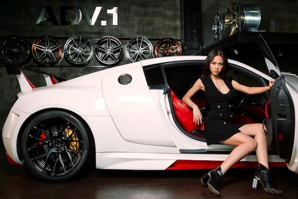 """Vũ Ngọc Anh """"lả lơi"""" bên siêu xe Audi R8"""